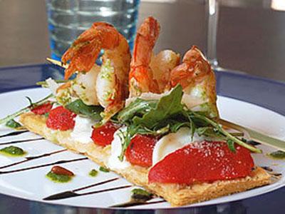 Tarte Fine A La Tomate Et A La Mozzarella Roquette Et Gambas